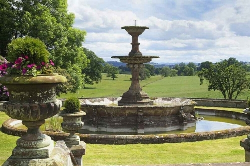 Holiday cottage with formal garden and fountain
